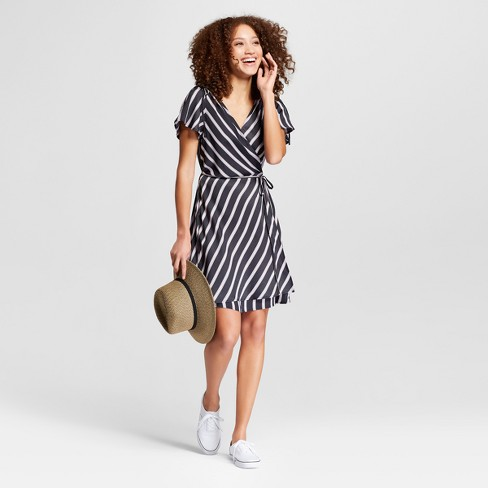 ef3c2007 zerotwowhere I cannot get enough of wrap dresses lately! Love the striped  pattern on this one! 🌺 #springishere .