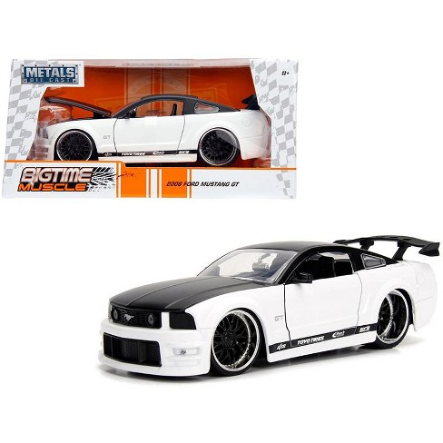 White Mustang Gt >> 2006 Ford Mustang Gt White With Black Top 1 24 Diecast Model Car By Jada