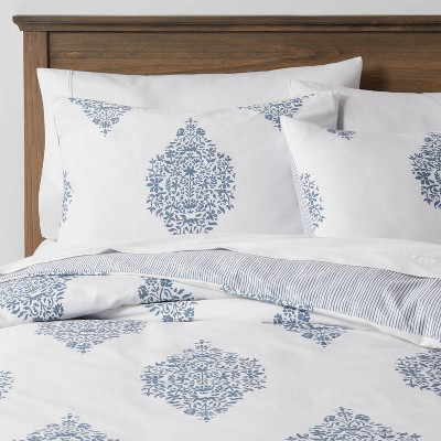 Full/Queen Family-Friendly Duvet & Sham Set White/Blue Medallion - Threshold™