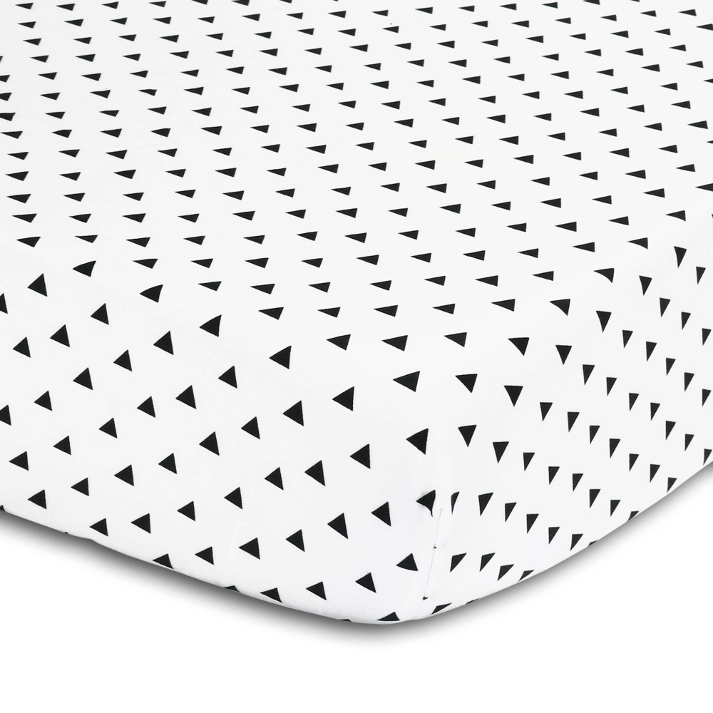 The Peanutshell Triangle Print Cotton Fitted Crib Sheet In Black White