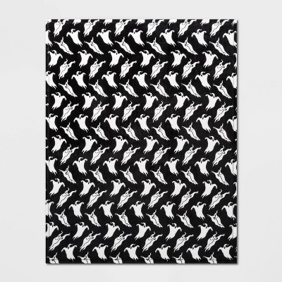 Ghost Plush Throw Blanket Black/White - Hyde & EEK! Boutique™